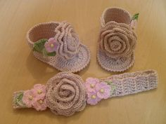 Crochet Pattern Baby Sandals with Fringes - the ultimate in Boho Style for Baby. The ideal sandal for late summer days, to show off beautiful brown baby feet - the ultimate in boho glamour! This is a CROCHET PATTERN written in ENGLISH - Please note! Booties Crochet, Crochet Baby Sandals, Baby Girl Crochet, Crochet Shoes, Crochet Slippers, Love Crochet, Crochet For Kids, Beautiful Crochet, Knit Crochet