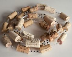 Wine Cork Garland, wine cork decoration, wine cork crafts http://www.snooth.com/articles/diy-wine-cork-and-bottle-crafts/