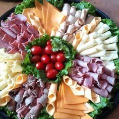 Your Own Sandwich Party catering. Pick your meats and cheese on this platterBuild Your Own Sandwich Party catering. Pick your meats and cheese on this platter Sandwich Platter, Sandwich Bar, Meat Platter, Sandwich Catering, Meat Trays, Sandwich Ideas, Deli Platters, Deli Tray, Gourmet Sandwiches