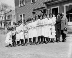 Une famille des années 20 aligne ses 13 enfants. Mais regardez quand la voiture apparaît...