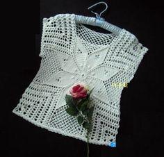 Hermoso modelo de blusa a crochet con flor! Vea como tejer esta linda blusa calada a crochet con flor, en hilo de color blanco. Blusa muy sencilla tejida en crochet con una flor al centro. Las invito a tejer esta … Ler mais... →