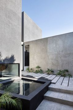 House in Mexico by Studio contains a private courtyard garden. House in Mexico by Studio contains a private courtyard garden. Architecture Design, Contemporary Architecture, Architecture Courtyard, Modern Courtyard, Minimalist Architecture, Mexico House, Concrete Houses, Concrete Walls, Clean Concrete