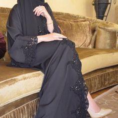 Elegant And Modern Abaya Designs Niqab Fashion, Muslim Fashion, Modest Fashion, Fashion Outfits, Caftan Dress, Kimono, Hijab Abaya, Modern Abaya, Black Abaya