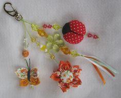 Chaveiro com vários tipos de fuxico: flor, borboleta e joaninha!   Fácil de fazer e com um resultado lindo!  contato: artemimos@gmail.com