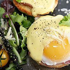 Przepis na sos holenderski. Sos do jajek i grzanek. Polish Recipes, Gravy, Pesto, Food And Drink, Eggs, Cooking, Breakfast, Dressings, Salad