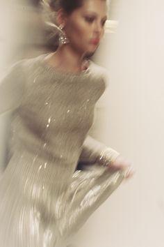 oscar de la renta runway -photo by james nord Poppy Delevingne, Miracle Woman, Belle Silhouette, Sparkles Glitter, Jolie Photo, Up Girl, Look Fashion, Fashion Killa, Fashion Details