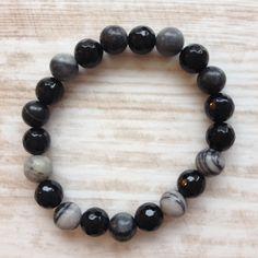 Armband van 8mm zwart facet onyx en silk black stone. Van JuudsBoetiek €7,50. Te bestellen op www.juudsboetiek.nl
