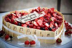 Ein Erdbeerherz zum Anbeißen - genau das Richtige für eine Hochzeit im heißen Sommer! © Kirill Brusilovsky