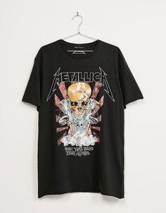T-shirt 'Metallica'. Descubra esta e muitas outras roupas na Bershka com novos artigos cada semana