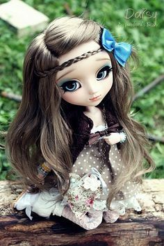 Such a cute pullip! They look so much prettier when people actually take the time to put eyebrows on them! Breaks up the large foreheads.