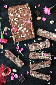 Blok owsiany z masłem orzechowym, kokosem i czekoladą (bez pieczenia) | Tysia Gotuje blog kulinarny Coconut Peanut Butter, Floral Tie, Sweets, Vegan, Chocolate, Healthy, Blog, Check, Diet
