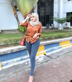 Arab Girls Hijab, Girl Hijab, Beautiful Muslim Women, Beautiful Hijab, Hijab Jeans, Hijab Fashion, Fashion Outfits, Hijab Chic, Asia Girl