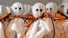 """""""Конфетные"""" привидения к Хэллоуину! Порадуйте себя и друзей оригинальной поделкой к празднику > https://abbigli.ru/blog/sladkie-privideniia-k-khellouinu-5 #Abbigli #своимируками #хобби #креатив #идея #вдохновение #хендмейд #мастеркласс #декор #сладости #конфеты#Хэллоуин"""