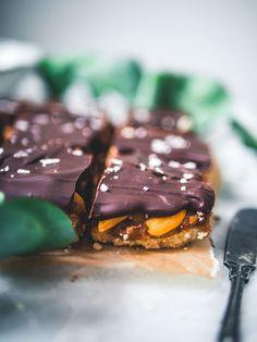 Snickers-raakaneliöt (V, GF) – Viimeistä murua myöten Healthy Sweets, Vegan Recipes, Vegan Food, Baking, Desserts, Ideas, Tailgate Desserts, Deserts, Veggie Food