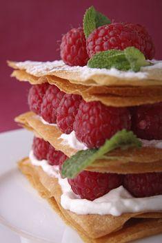 Épatez votre maman pour la fête des mères avec ce dessert frais et gourmand : le Mille-feuilles aux framboises ! #recette #fetedesmeres #framboise #dessert #millefeuilles #patisserie