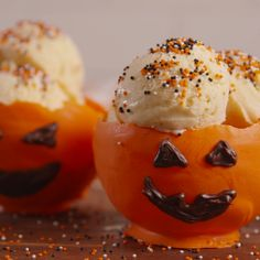 Jack O' Lantern Bowls are scary cute. Very easy, size up or down by using a … Jack O' Lantern Bowls are scary cute. Very easy, size up or down by using a different Balloon. Make face of applied candy if gel work is not your forte. Halloween Food For Party, Halloween Desserts, Holiday Desserts, Holiday Treats, Holiday Recipes, Halloween Cupcakes, Halloween Food Recipes, Halloween Decorations, Cute Halloween Treats