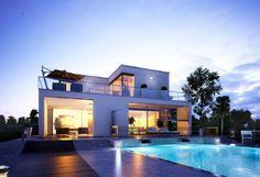 Villa Wuppertal - OKAL Haus. Die Villa Wuppertal überzeugt durch eine moderne Bauweise mit Flachdach. Passend dazu wählen die OKAL Haus Architekten als Fassadenfarbe für die Stadtvilla