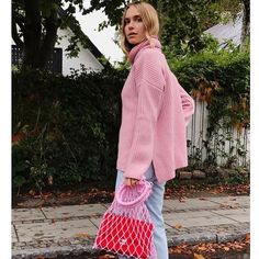 Layering This winter we suggest you tried three layering tricks that not only will keep you cozy, but will also make you look fashion forward. It Bag, Look Fashion, Girl Fashion, Street Fashion, Prada, La Girl, City Style, Cloth Bags, Outfit Posts