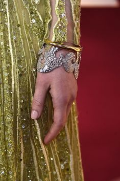 Emma Stone's swirling Tiffany & Co. cuff looked perfect paired with her yellow-gold sequin-embellished Elie Saab number. Celebrity Jewelry, Celebrity Outfits, Celebrity Style, Elie Saab, Emma Stone Oscars, Emma Stone Style, Actress Emma Stone, Tiffany And Co, Couture