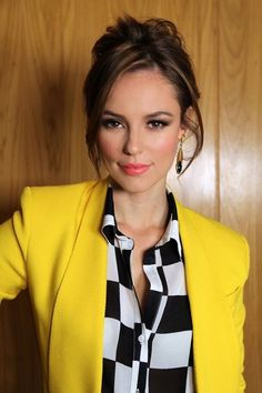 Picture of Paola Oliveira Work Fashion, Fashion Beauty, Fashion Looks, Fashion Outfits, Haircuts For Long Hair, Blazer Outfits, Gorgeous Women, Beautiful, Work Looks