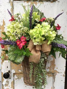 Front door decorations ideas summer wreath 31 Ideas for 2019 Basket Flower Arrangements, Beautiful Flower Arrangements, Beautiful Flowers, Floral Arrangements, Summer Door Wreaths, Wreaths For Front Door, Spring Wreaths, Spring Door, Spring Summer