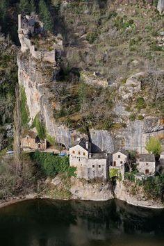 Castelbouc et son chateau en Lozère guide touristique de la Lozère Languedoc-Roussillon