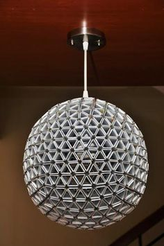 Aunque no lo parezca, esta lámpara está hecha con tetrabriks. Y más aún, no contiene ningún tipo de adhesivo entre sus piezas. Una buena idea para comenzar a re