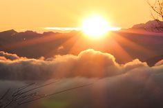 paysage levé du soleil aube montagne orange rose mauve doux froid chaud arbre neige jura rayons solaires jaunes naissance c'est l'histoire de la vie