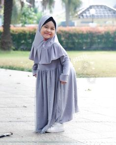 Model Gamis Anak Polos Modern Dress Muslim Modern, Muslim Dress, Muslim Fashion, Hijab Fashion, Fashion Outfits, Baby Girl Party Dresses, Baby Dress, Dress Anak, Mode Hijab