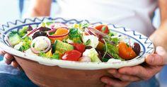 Vi vill bara påminna om hur gott och fräscht det är med sallad. Denna sallad, med grekisk inspiration, är dessutom vacker!