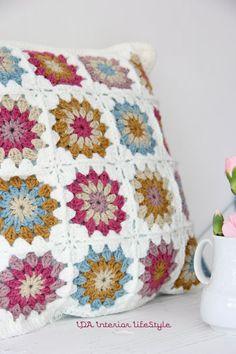 Very pretty granny square cushion cover. Very pretty granny square cushion cover. Crochet Diy, Manta Crochet, Crochet Home, Love Crochet, Beautiful Crochet, Simple Crochet, Crochet Flower, Crochet Cushion Cover, Crochet Cushions