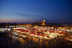 La Plaza de Jamaa el-Fna es el lugar más importante de la medina en #Marrakech. Lo mejor de esta Plaza es la transformación que va sufriendo en el transcurso del día 🌙