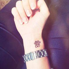 tatuaje de huella de perro en la muñeca Dog Tattoos, I Tattoo, Tatoos, Tattoo Carpe Diem, Culinary Tattoos, Homemade Tattoos, Ear Piercings, Silhouette, Tatting