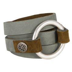 Ringwrap+grijs+-+De+Ringwrap+is+een+stoere,+van+prachtig+leer+gemaakte+armband.+Draag+h'm+zoals+je+wilt,+de+grootte+varieert+door+de+manier+van+omdoen.+Geen+allergische+reacties+van+zowel+de+ring+als+de+drukknoop.+Hou+je+van+een+fashion+statement,+dan+is+dit+je+armband!+Ook+als+riempje+om+een+mooi+jurkje+te+gebruiken.