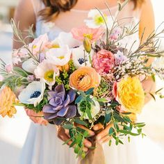 We wouldn't change a thing about this gorgy bouquet on the blog today. By @hellogemevents with our #100LCmember (s) @yeahweddings and @acehotel #palmsprings #bouquet