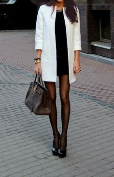 Acheter+la+tenue+sur+Lookastic:  https://lookastic.fr/mode-femme/tenues/robe-moulante-escarpins-sac-fourre-tout-montre-collants/4588  —+Robe+moulante+noire+ —+Montre+dorée+ —+Sac+fourre-tout+en+cuir+brun+foncé+ —+Collants+noirs+ —+Escarpins+en+cuir+noirs+