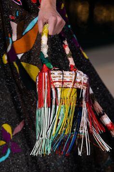 Missoni at Milan Fashion Week Spring 2020 - Details Runway Photos Fringe Fashion, Fashion D, 2020 Fashion Trends, Milan Fashion Weeks, Fashion Bags, London Fashion, Knitting Accessories, Fashion Accessories, Diy Handbag