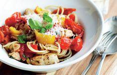 Hvis tiden er knap, kan du sagtens lave lækker og sund mad på bare et kvarter. Prøv denne ret med spaghetti, kyllingeinderfilet, tomater, skalotteløg, basilikum og revet parmesan - mums!