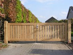 Dit is ze ; Front Gate Design, House Gate Design, Fence Design, Wooden Fence Gate, Wooden Driveway Gates, Driveway Design, Front Gates, Backyard Garden Design, Garden Projects