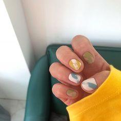 셀프 오른손은 성격이 20정도 나빠짐ㅋㅋ #어텀어라모드 와 #에스떼미오 가을 신상컬러 믹스했어요 😘 . 셀프케어 하지마세요 젤 억지로 뜯지마세요 손톱보다 지문쪽을 사용해주세요 오일을 잘 발라주세요 건강한 네일을 위해 😘 . . ✅예약하실때…
