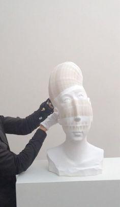 Li Hongbo ne réalise pas de délicates sculptures en porcelaine, mais dessculptures en papier avec des milliers de couches. L'artiste …