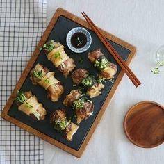 초밥에 생선만 올리라는 법 있나요? 육즙이 많아 고소하고 부드러운 차돌박이를 올려 초밥을 만들어 보세요. 달콤하고 짭짤하게 절인 산마늘이나 새콤한 묵은지를 곁들여 한 점 두 점 먹다... Spicy Recipes, Asian Recipes, Diet Recipes, Korean Dishes, Korean Food, Food Flatlay, K Food, Diet Meal Plans, Food Styling