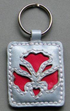 Kalocsai mintás kulcstartók, Mindenmás, Kulcstartó,  Kézzel varrott bőr kalocsai mintás kulcstartó; metszéses technikával készült. Világos m...