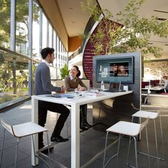 Temptation High Desk brings to the office a multifunctional communication point with a wide range of uses.