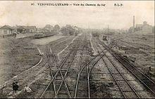 Vue d'ensemble de la gare de Verneuil-l'Étang avec à gauche la gare de tramway
