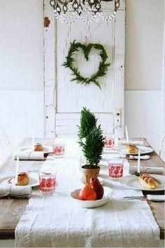 Sehr schöne Weihnachtliche Tischdeko mit natürlicher Deko. Noch mehr Ideen gibt es auf www.Spaaz.de