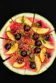 A healthy dessert that is suitable for all kinds of diets: vegan watermelon pizza. Easy customization so even the pickiest of eaters will be pleased. Healthy Pizza, Healthy Cooking, Healthy Snacks, Healthy Eating, Watermelon Pizza, Watermelon Recipes, Clean Eating Dinner, Clean Eating Recipes, Pizza Vegana