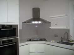 Easy steps to clean the cooker hood. The presence of a tool shaped like a chimney, or popularly known cooker hood is fairly important in the kitchen area. Modern Kitchen Ovens, Kitchen Hob, Kitchen Cooker, New Kitchen Cabinets, Cool Kitchens, Teal Kitchen, Kitchen Interior, Kitchen Design, Modern Kitchens