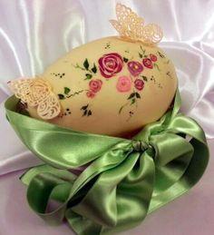 Uovo di cioccolato bianco decorato a mano con roselline in micropittura e farfalle di zucchero #easteregg #decoretedegg #paintedegg