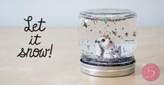 Looking for some great winter birthday party ideas? How about a snowmen and sledding party? This post includes free printable invitations, favor tags, and thank you notes! Snow Globe For Kids, Diy Snow Globe, Snow Globes, Easy Crafts For Kids Fun, Fun Crafts For Kids, Kids Diy, Mason Jar Picture, Mundo Craft, Winter Birthday Parties